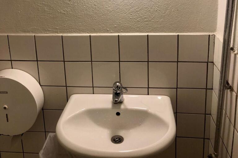 Det finns varken tvål eller handdukar på herrarnas toalett.