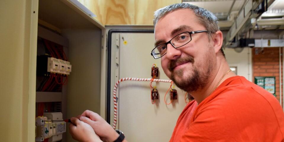 Andreas Nordahl är it-tekniker i grunden och även utbildad programmerare. Nu breddar han sin kompetens ytterligare med yrkesutbildning till elektriker.