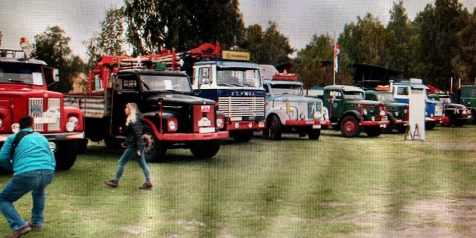 Den 25 september står fordonen uppställda utanför Bödasågens allhandel.