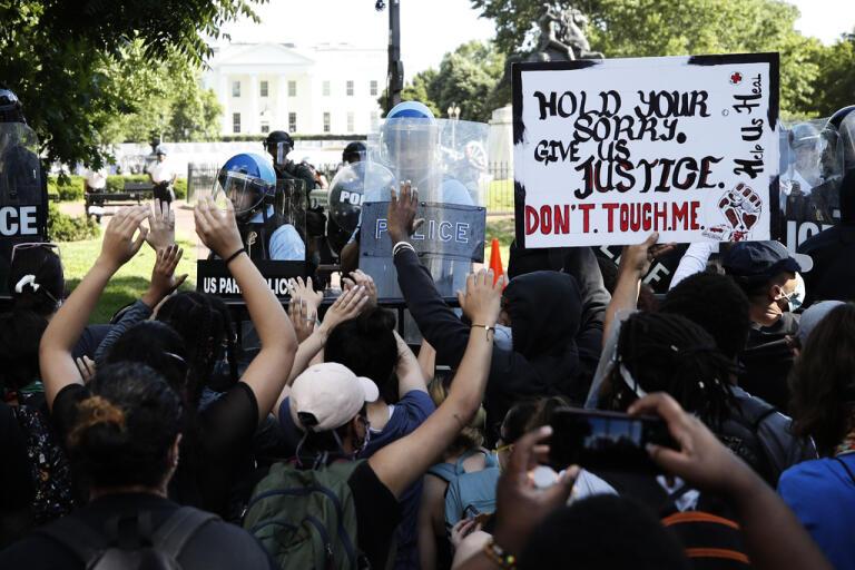 Demonstranter har samlats utanför Vita huset för att protestera mot den svarte obeväpnade George Floyds död i måndags, då en polis tryckte sitt knä mot honom tills han slutade andas.