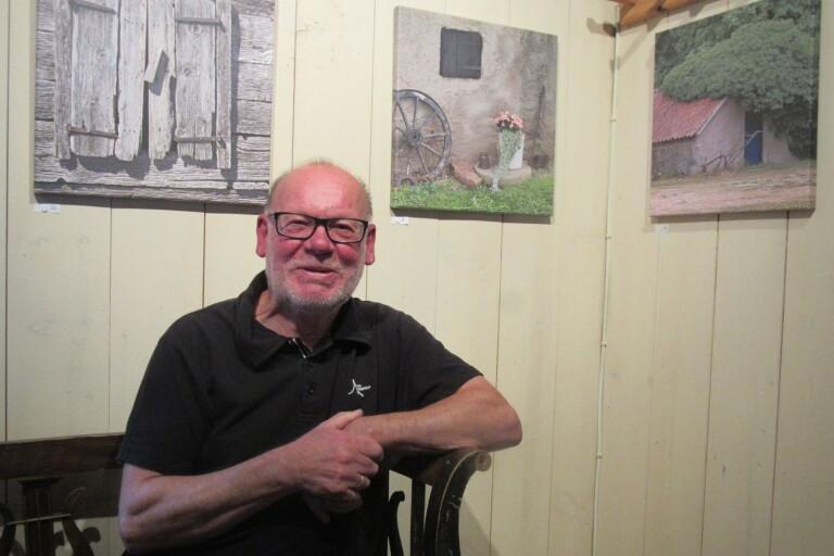 Björn Sandström visar foton på canvas