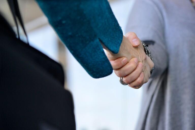 Närmare ett handslag