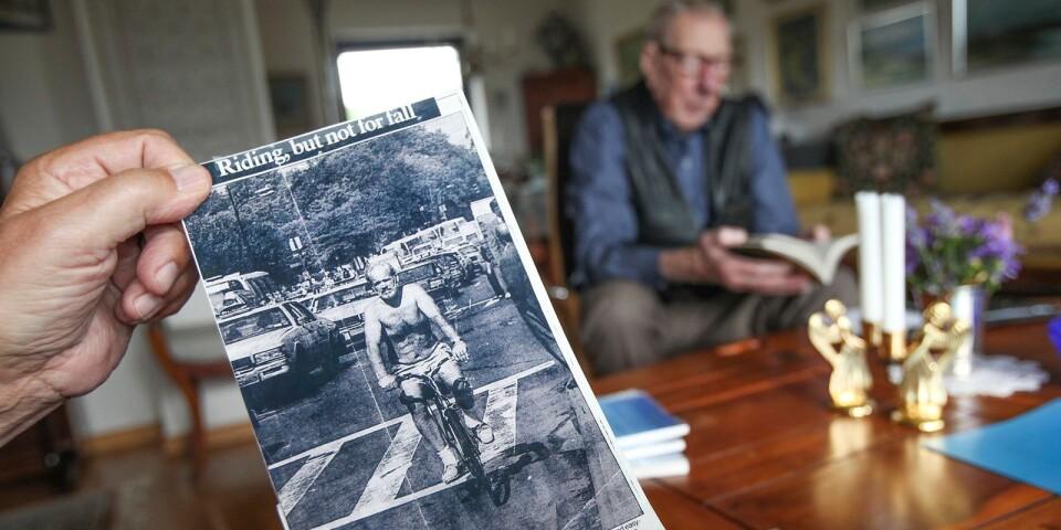 Under flera år arbetade Johan på Svenska Kyrkan i New York. Bilden av honom cyklandes i bar överkropp på Manhattan togs av en fotograf på Daily News och hamnade på omslaget.