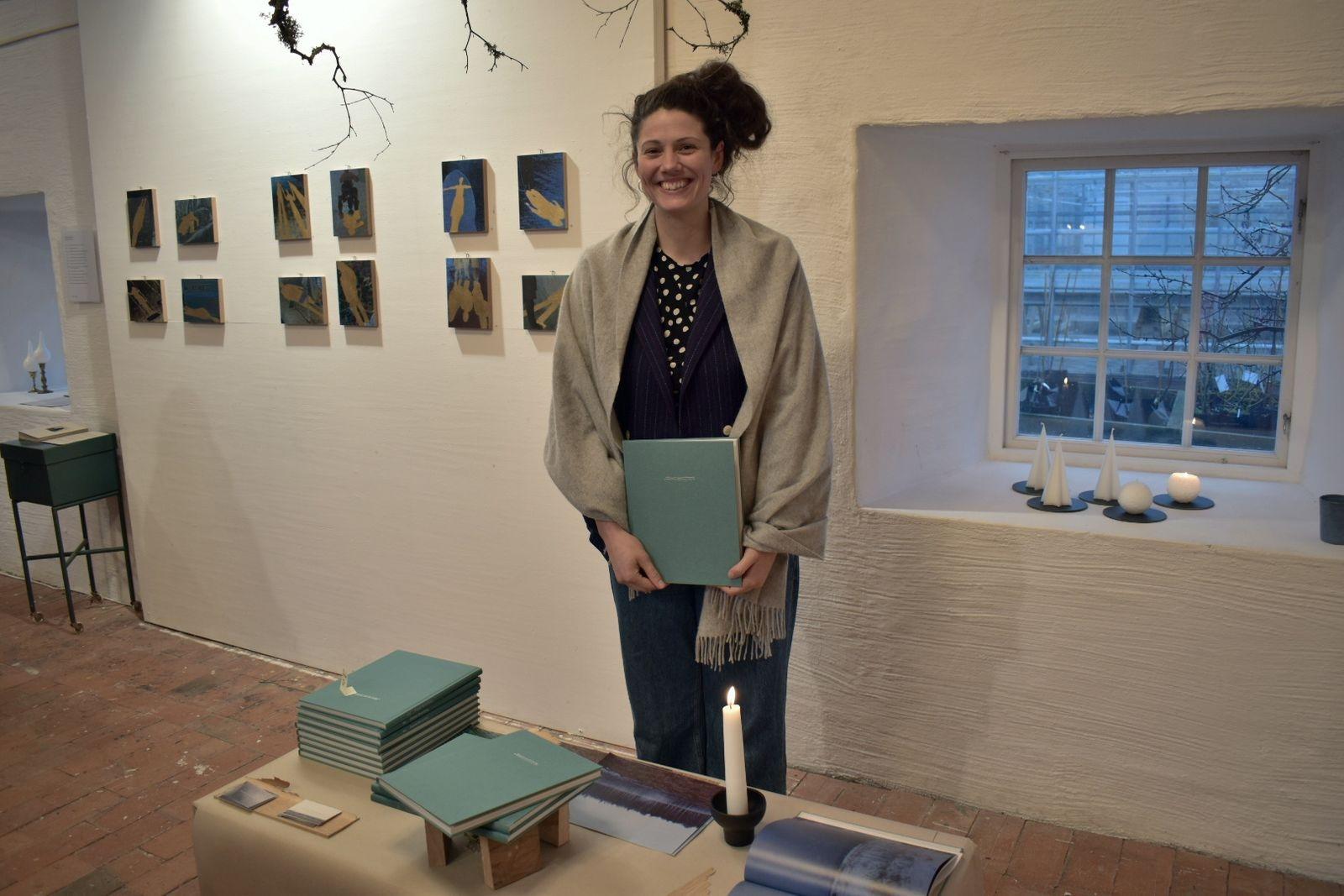 """Emmi Roosling, medlem i inkubatorn """"Kreativa Öland"""", sålde sin bok om som handlade om just Öland."""