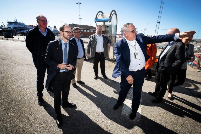 Trelleborgs hamns vd, Jörgen Nilsson, visar infrastrukturminister Tomas Eneroth (S) var den nya alkobommen ska placeras.