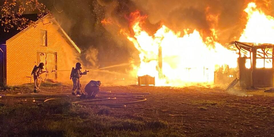Eftersom byggnaden var helt övertänd inriktade sig brandmännen på att hindra att den spred sig till grannhuset.