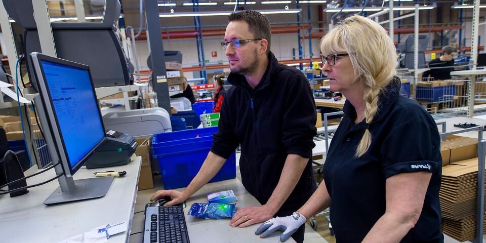 Teamcheferna Joakim Nilsson och Ingrid Johnsson upplever för närvarade stor press för att bistå Apotekets partner Tamro med försörjningskedjan.