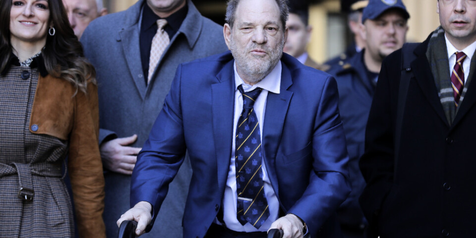 Harvey Weinstein har flera gånger setts med en rullator utanför rättegångssalen. Till vänster syns hans försvarsadvokat Donna Rotunno.
