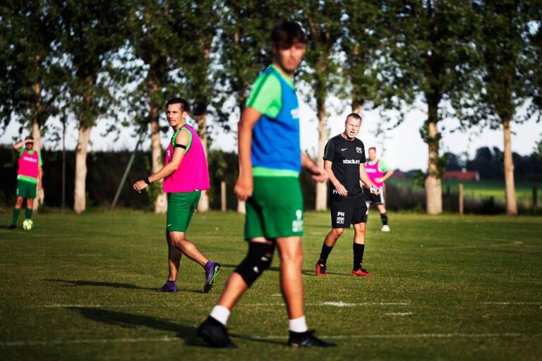 Fotboll: Tränare förlänger och spelare ansluter