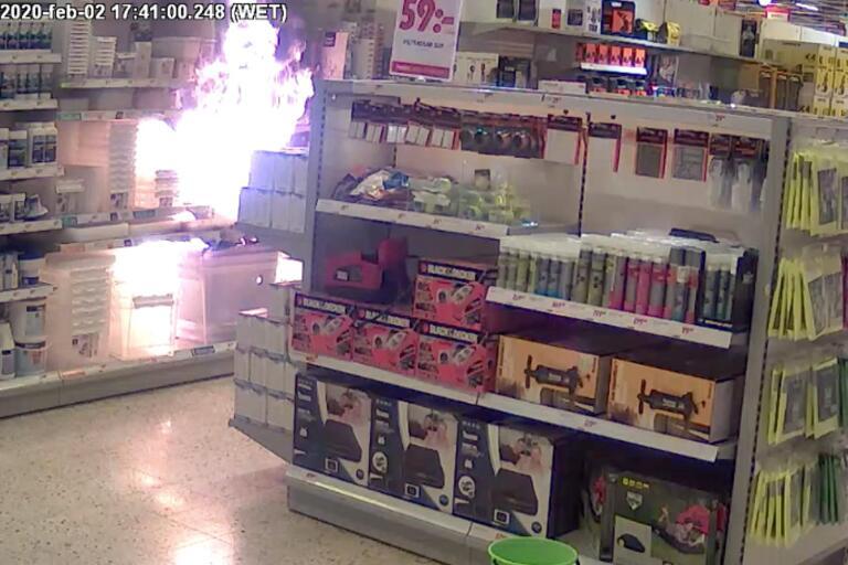 Här har elden spridit sig i plastlådorna och snart börjar svart rök att fylla butikslokalen.
