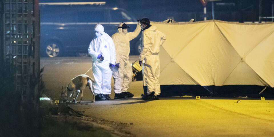 Polisens kriminaltekniker arbetar i Hyllie i Malmö natten till fredag efter det misstänkta mordet.