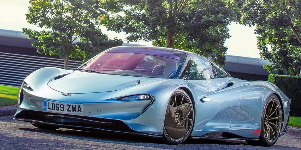 Den andliga uppföljaren till legendariska McLaren F1 heter kort och gott Speedtail. Arvet märks inte minst så fort man öppnar saxdörren – förarstolen är nämligen placerad i mitten samtidigt som två passagerare kan åka med sittandes snett bakom. McLaren Speedtail är alltså en tresitsig skapelse med droppformad kaross i kolfiber, vilket ger enastående luftmotstånd och prestanda. Toppfarten är 403 km/h och accelerationen från stillastående till 300 km/h rullar på 13 sekunder. Under huven arbetar en V8:a tillsammans med en parallellhybrid på 1070 hästkrafter.