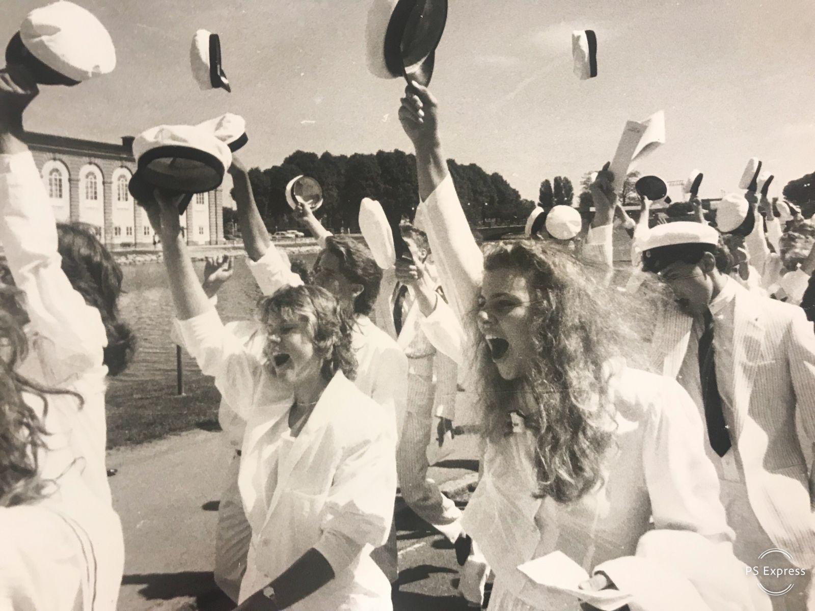 Det är visserligen Stagneliusskolan som syns i bakgrunden men de här lyckliga studenterna som marscherar genom stan gick ut på Lars Kaggskolan 1988.