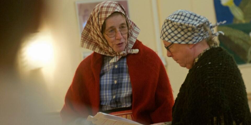 Irene Israelsson som Ola-Hilda och Ann-Kristin Elgan som Gröta-Lina. Den senare är en av få icke-amatörer i Holken och har tagit på sig regissörsrollen.