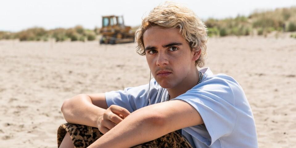 Fraser (Jack Dylan Grazer) spelar en vilsen ung man som måste flytta med sin mamma till en ny amerikansk militärbas i utlandet.