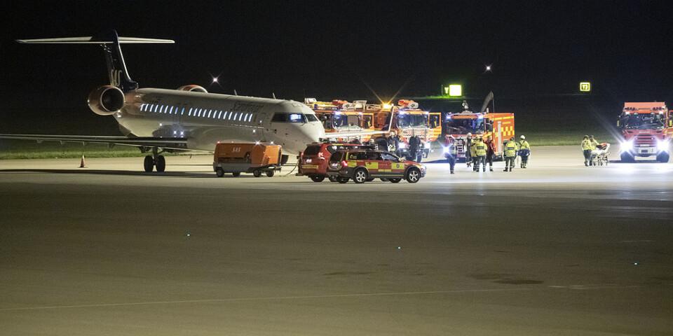 Räddningstjänst och ambulanspersonal på plats vid ett flygplan tillhörande SAS efter att det nödlandat på Sturups flygplats på torsdagskvällen.