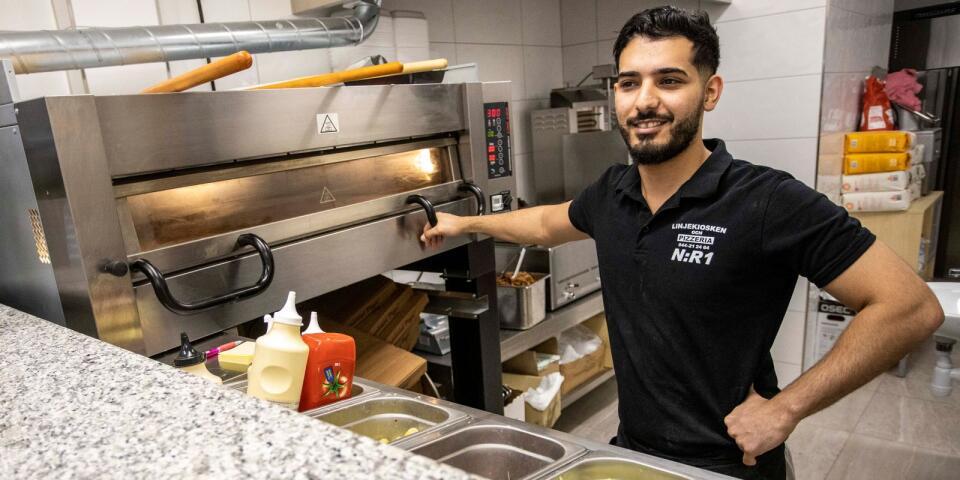 """Ali Abbed hjälper till i köket på Linjekiosken: """"Det är nästan som att driva en helt ny verksamhet"""", säger han."""