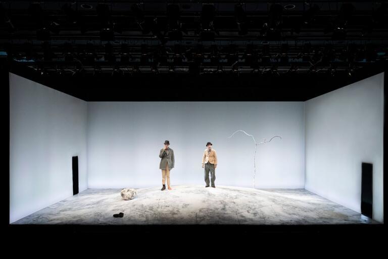 """Johan Ulveson och Jonas Karlsson briljerar i Samuel Becketts klassiker """"I väntan på Godot"""" på Dramatens lilla scen."""