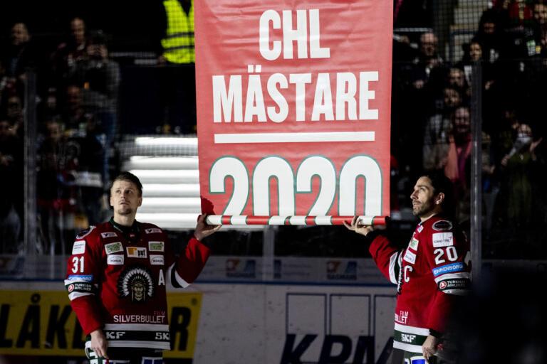 Frölundas Nicklas Lasu och Joel Lundqvist fick hissa ytterligare en CHL-fana efter turneringssegern förra säsongen. Arkivbild.