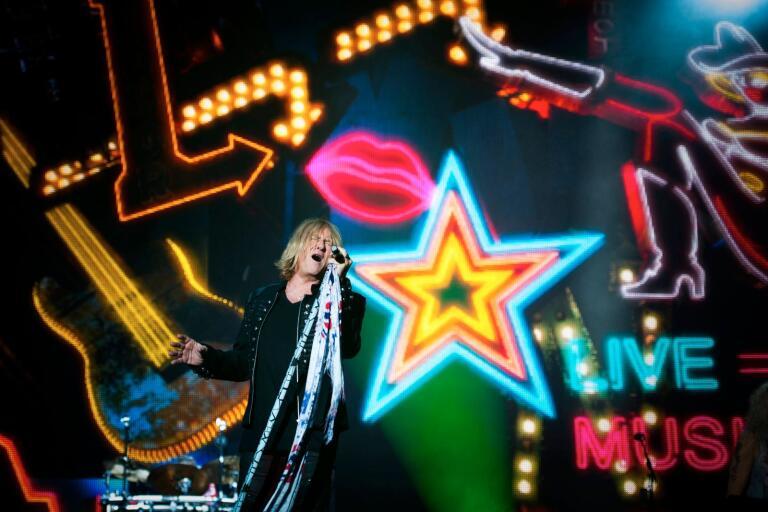 Sångaren Joe Elliott från Def Leppard uppträdde tillsammans med sitt band under Sweden Rock.