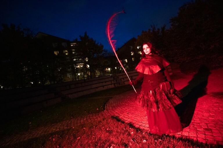 I blodrött ljus framträdde Maran (Jenny Borggren) i egen fasaväckande person.