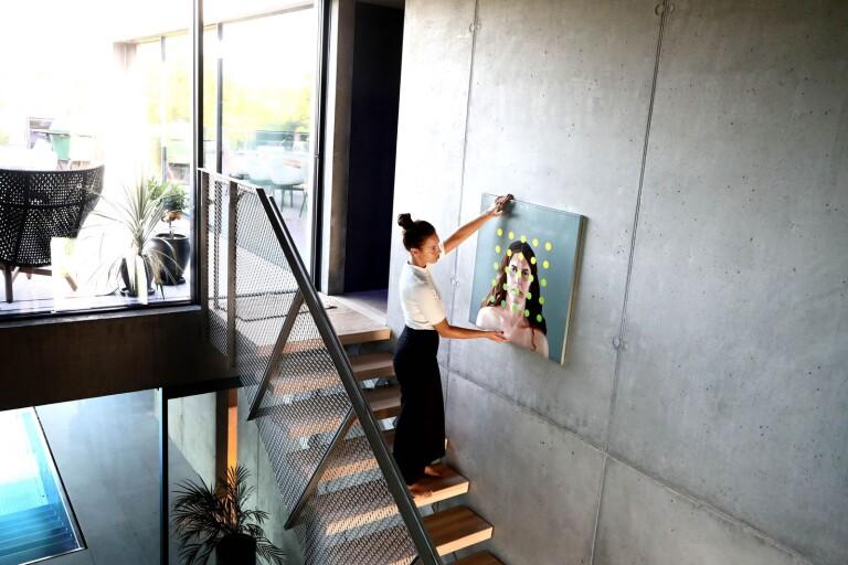 Hon låter konsten komma hem till kunderna