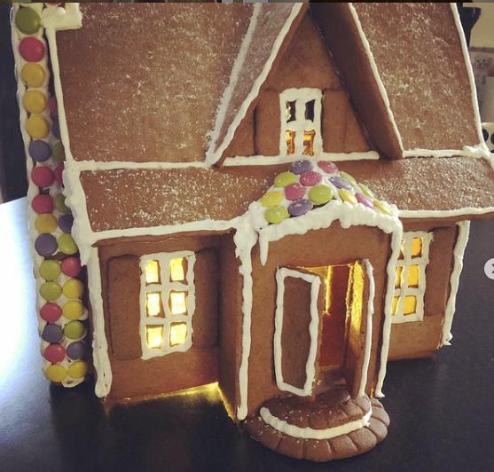 """""""Alicia ville ha ett pepparkakshus, klart hon ska ha ett pepparkakshus"""", skriver @erlingsson75 på Instagram. Efter fyra timmar stod huset klart och kanske blir detta en ny familjetradition."""