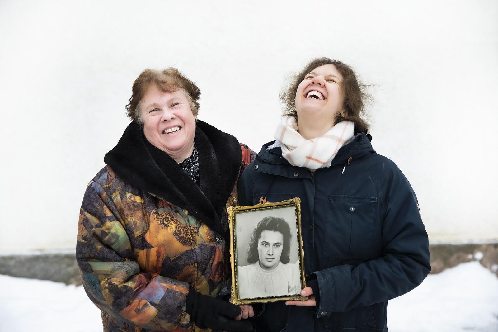 Humorn var, förutom hennes intensiva kämpaglöd, Anna-Marias främsta vapen mot nazisterna. Det tar Iris och Adrianna med sig, även i de mörkaste stunderna utan sin älskade mamma och mormor.