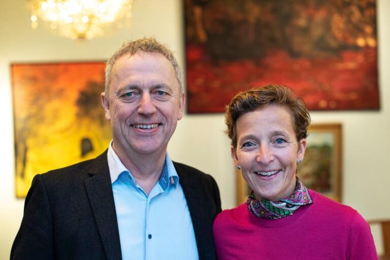 Are Stokstad, Amedia, och Lovisa Hamrin, fjärde generationen bakom Hall Media, presenterade den stora tidningsaffären tillsammans.
