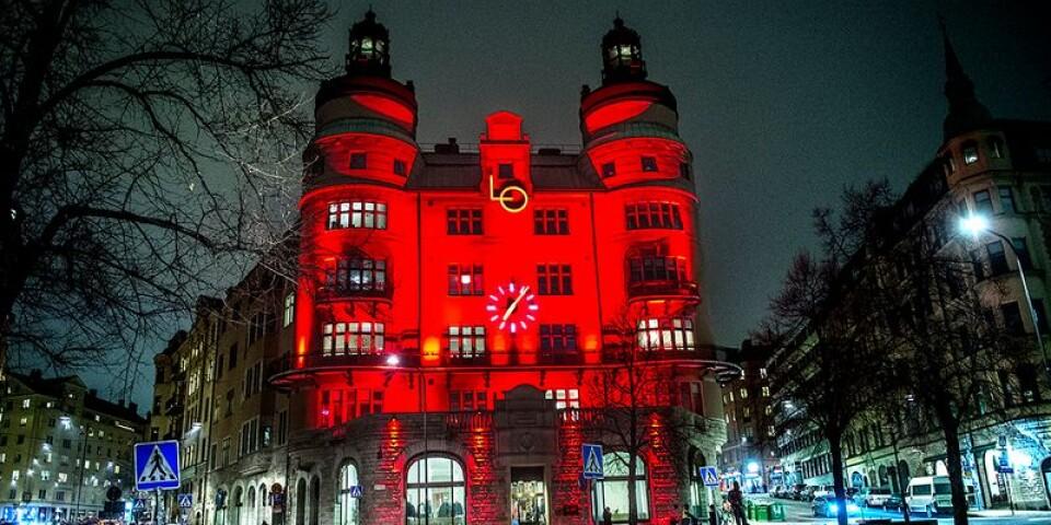 """LO håller färgen. Landsorganisationens """"borg"""" i centrala Stockholm klär i rött."""