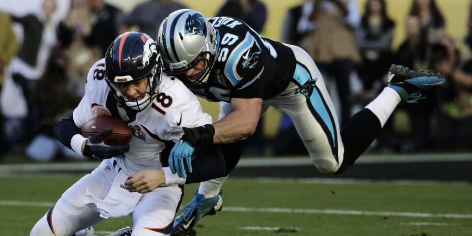 Carolinas Luke Kuechly, till höger, försöker ta bollen av Denvers Peyton Manning. Arkivbild.