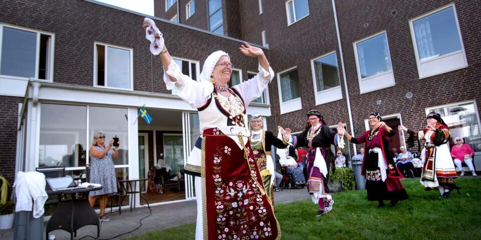 Ingrid Brink och hennes dansgrupp bjöd på grekiska tongångar och dans på Väderleken.
