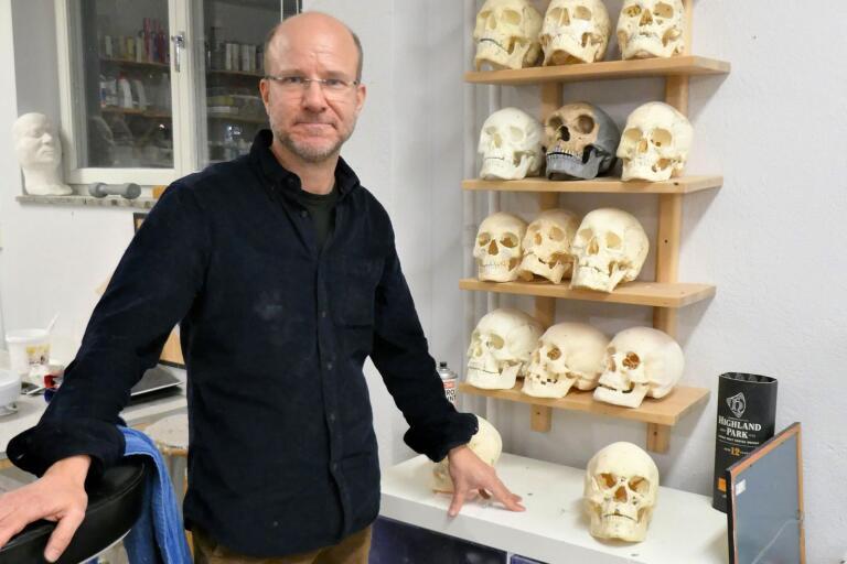 Arkeologen och skulptören Oscar Nilsson har tidigare bland annat gjort rekonstruktioner av Bockstensmannen i Varberg.  FOTO: Agneta Tjäder
