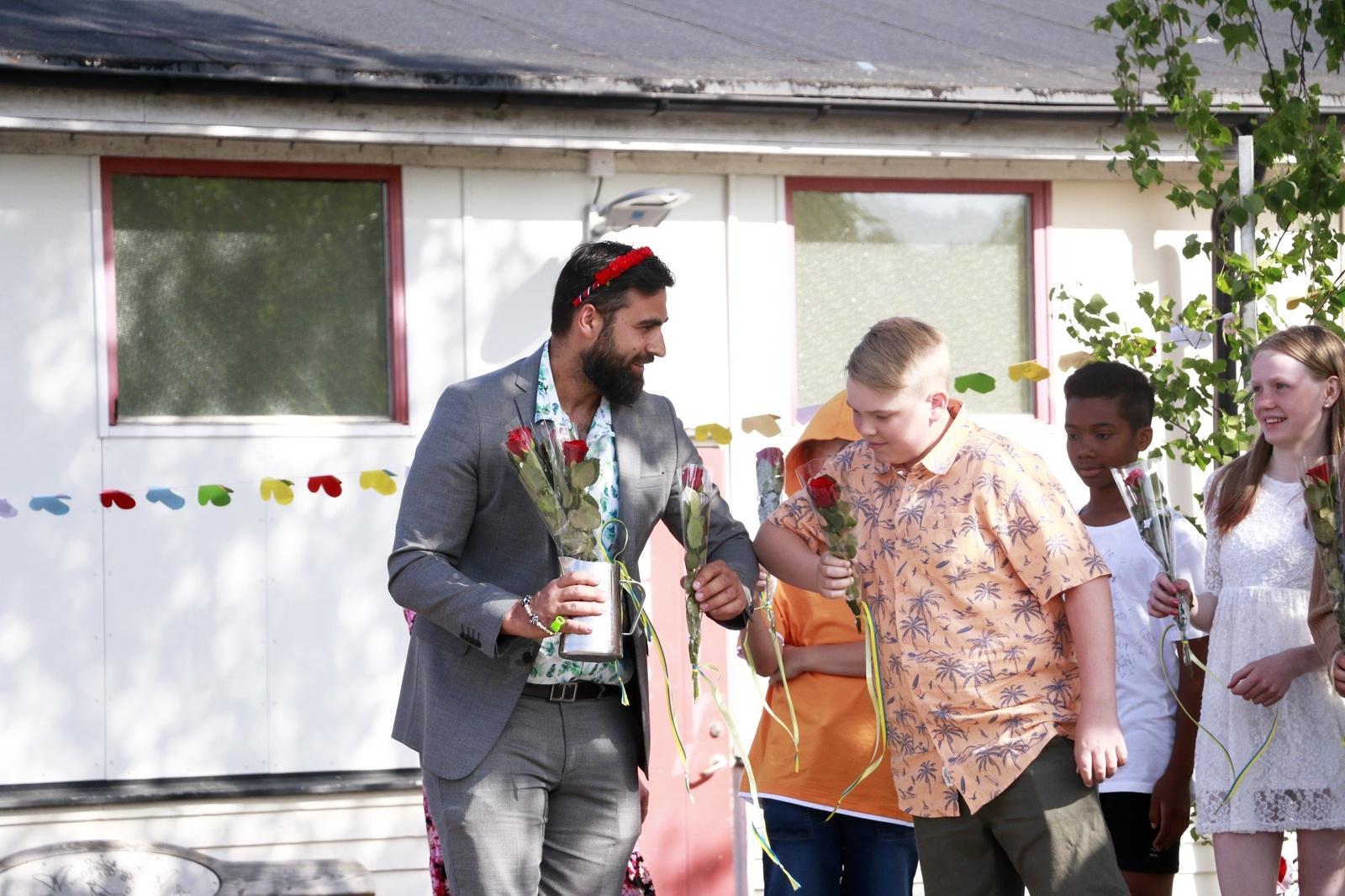 När läraren Dario Mihajlovic delade ut rosor till sexorna passade han desstuom på att göra en coronaanpassad armbågshälsning.