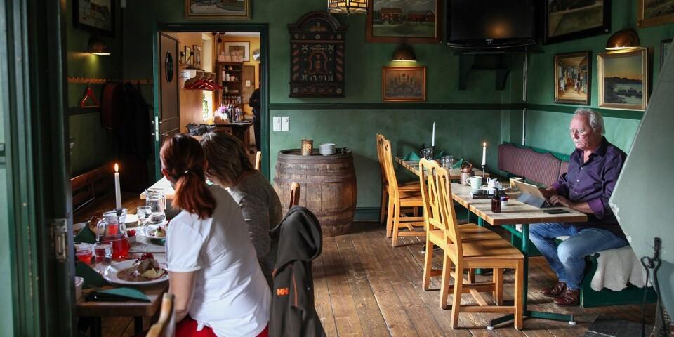 – Skänken är ett perfekt ställe för diskreta möten. Här kan man stirra på flammorna i den öppna spisen och samtidigt tjuvlyssna på hemliga överläggningar, säger Mikael Törneman.