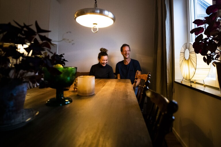 """Paret som bor i var sin lägenhet – i samma hus: """"Vi är närbos"""""""