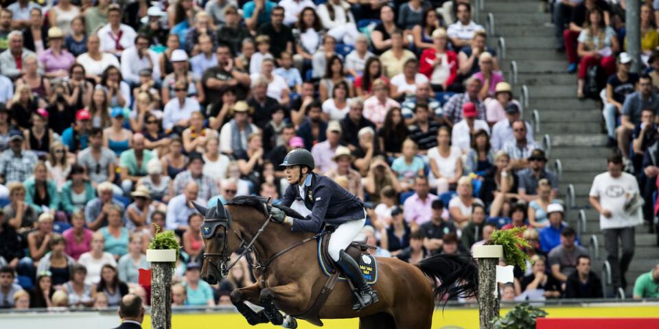 Välfyllda läktare när Henrik von Eckermann hoppar i stortävlingen i Aachen. Nu flyttas den fram till ett ännu inte bestämt datum. Arkivbild.