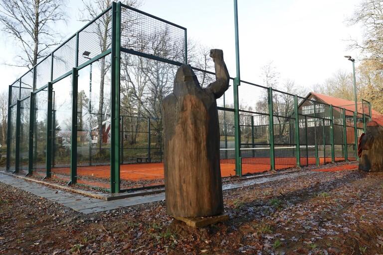 Familjen Allbäck har byggt Ulricehamns första padelbana nära blå stigen vid Lassalyckan. De stora träfigurerna utmed långsidorna är nästan lika spektakulära som själva banan.