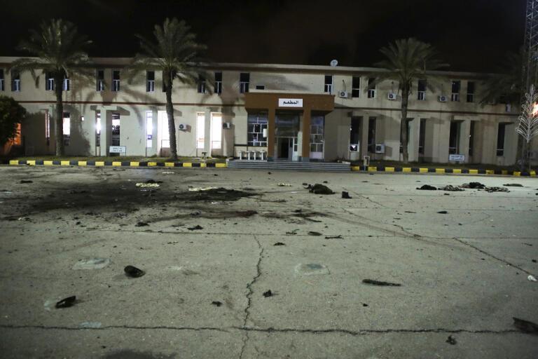 Striderna i Libyen fortsätter. Bild tagen efter en flygräd mot en militärakademi i Tripoli i januari i år.
