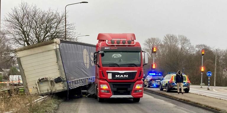Lastbil har vält vid Travemündekorset – vägen avstängd