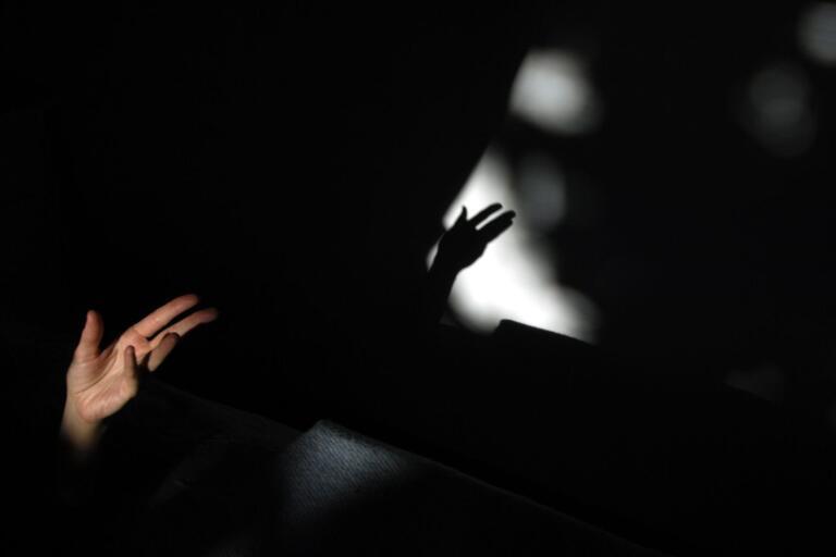 050625. Skuggspel med hand.  Foto. Hasse Holmberg. Kod 96  COPYRIGHT SCANPIX SWEDEN