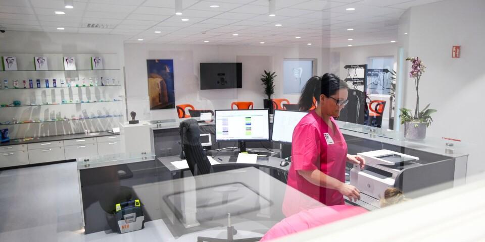 En reception, ett rymligt väntrum med designfåtöljer och en liten shop med tandvårdsprodukter är det första som möter patienterna.
