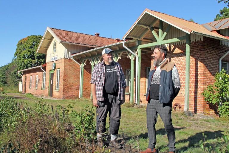 Harri Pennanen och Thomas Örn Karlsson gläds åt att Trafikverket vill sälja stationen till föreningen Nätverket utveckling och kultur i Fåglavik.