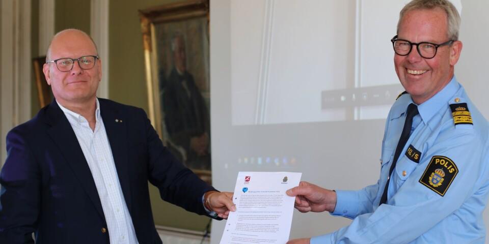 Kommunstyrelsens ordförande Leif Sandberg och chefen för lokalpolisområde Ystad, Mats Cronhag med medborgarlöftena.
