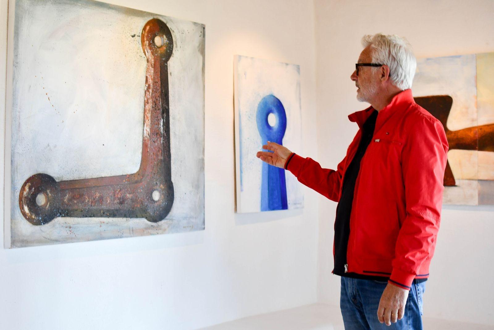 I sitt måleri gestaltar Hans Elander vardagliga ting fyllda med minnen och drömmar. Hans vann Guldramen 2015.