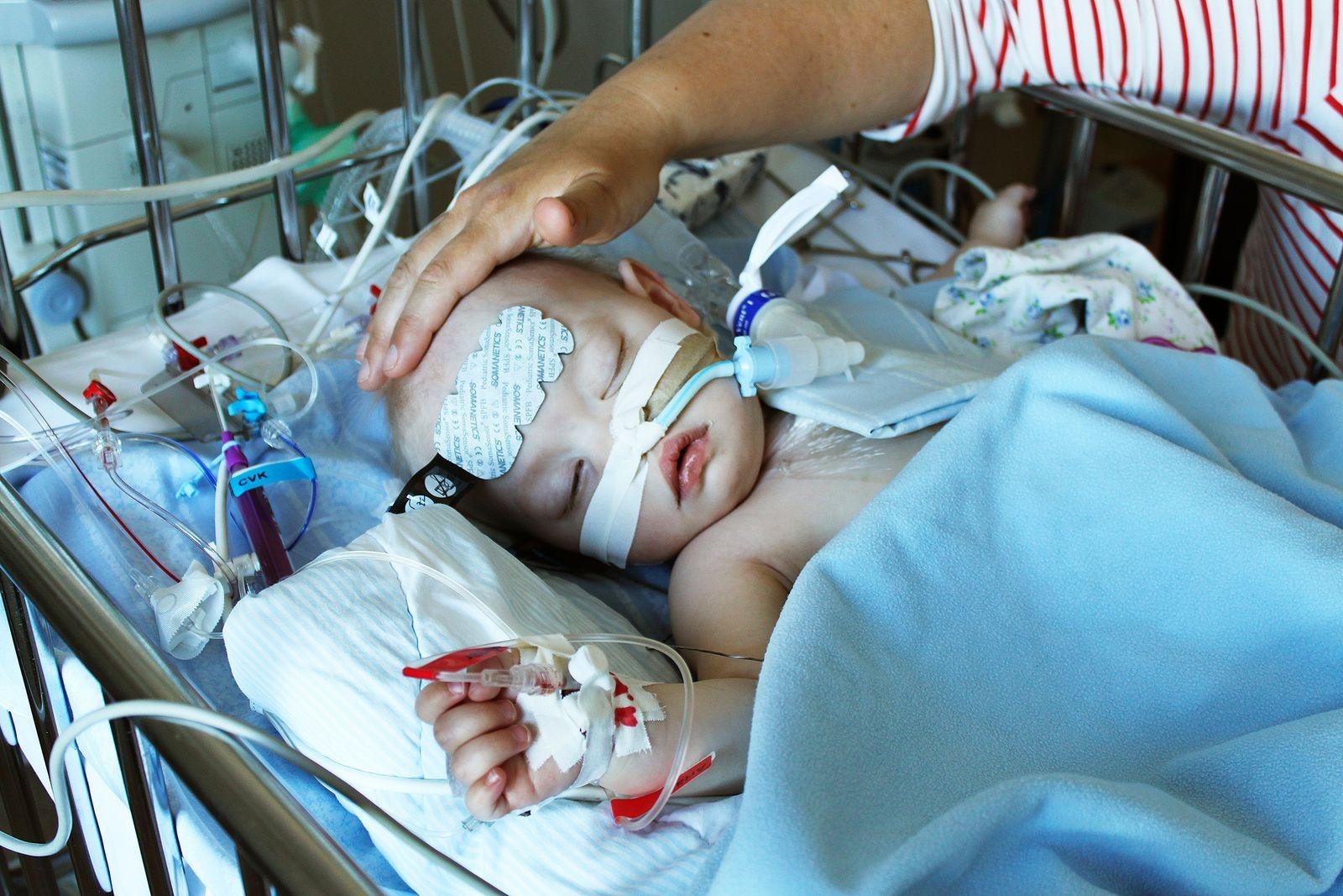 Tolv timmar efter operationen där läkarna på Drottning Silvias barnsjukhus slöt det hål mellan hjärtats kamrar som Elise hade fötts med.