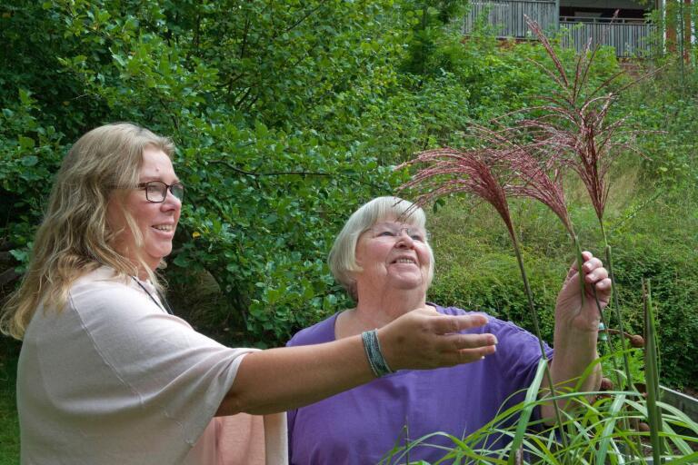 Anette Ivarsson och Britta Suorra, från Urshults trädgårdsförening, går i clinch med tjusiga gräsligheter hemma i ordförandens oas.