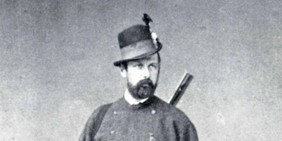 Karl XV i enkel jaktdräkt, vilket fick den församlade allmogen att tvivla om det verkligen var landets konung. Foto från1866.