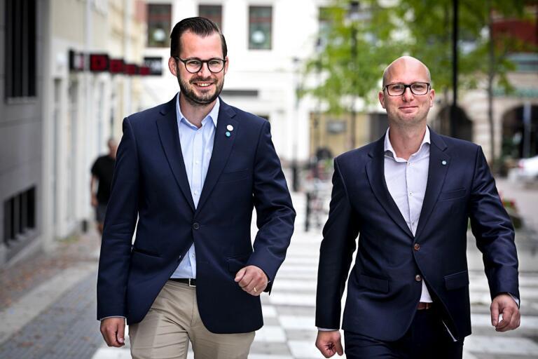 Mattias Bäckström Johansson och Michael Erlandsson står tillsammans med övriga Sverigedemokrater i fullmäktige bakom motionen om att införa ett årligt näringslivsbokslut i Oskarshamns kommun.