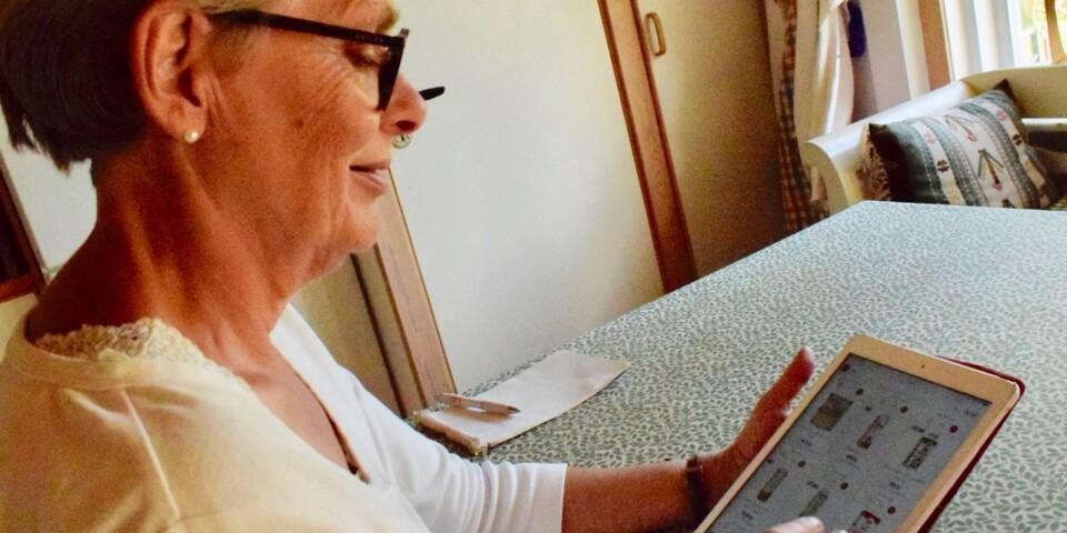 Hjälplinjen. Hanna Gunnarsson, volontär från Röda korset, kan sitta hemma och hjälpa andra med deras inköp.